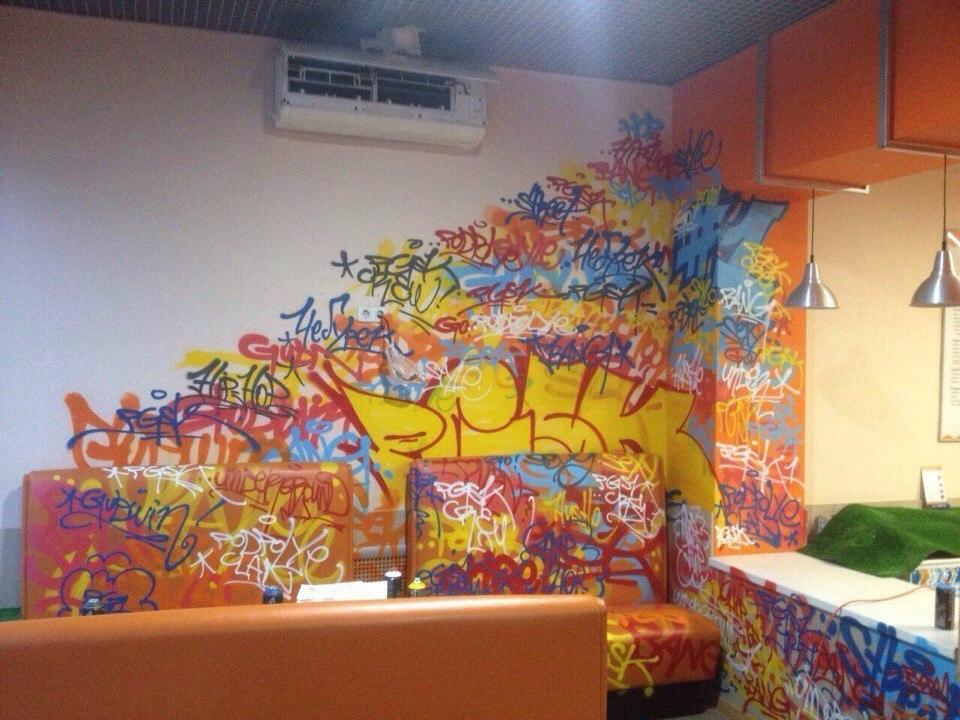 Неизвестные изуродовали воронежское кафе, расписав его граффити