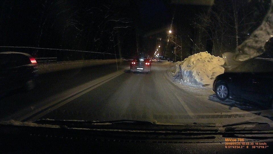 В Воронеже убранный снег заблокировал дорожное движение на Ломоносова