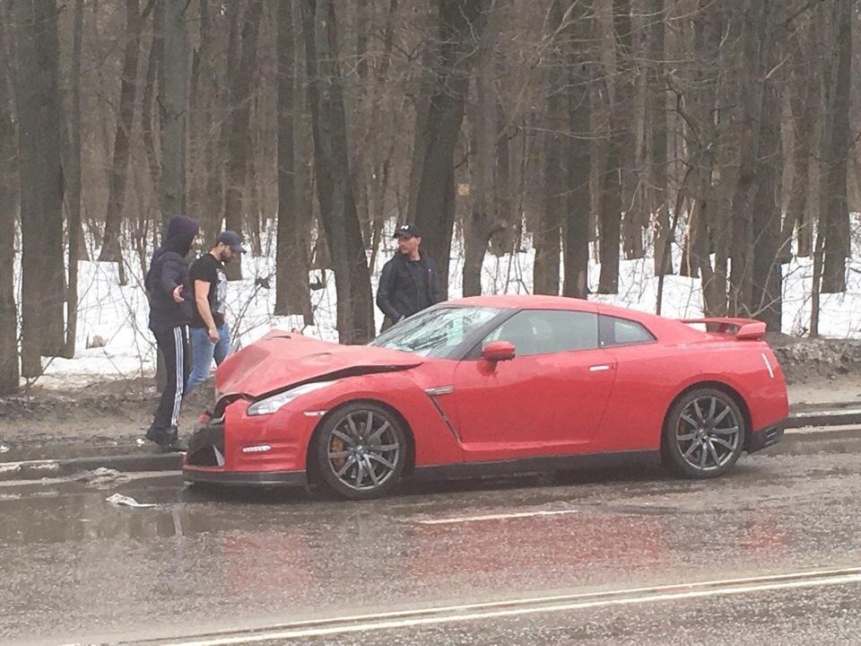 Суперкар Nissan GT-R разбили о припаркованные машины в Воронеже