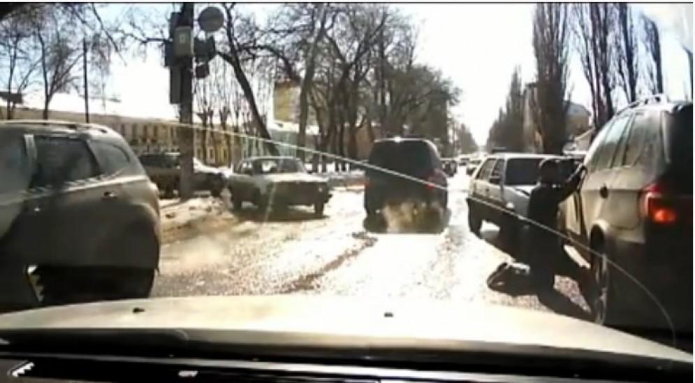 В Воронеже водитель «Гольфа» на коленях попросил прощения у владельца внедорожника за ДТП (ВИДЕО)