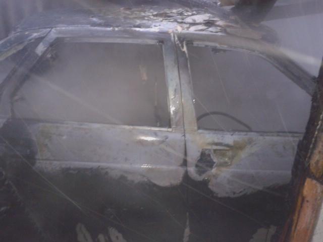 В Воронежской области сгорела «Лада Приора» и деревянный навес