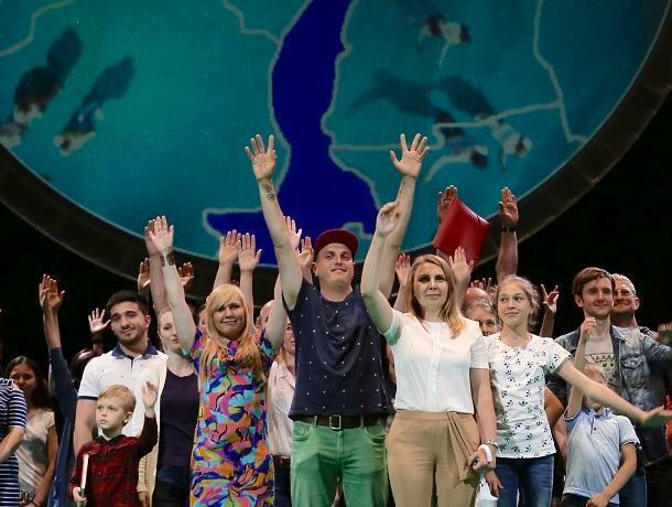 Гомосексуализм, взятки, нечестные выборы и Украина — о чем спектакль «100% Воронеж»