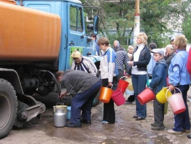 Названы адреса, где воронежцы смогут запастись водой во время отключения на выходных