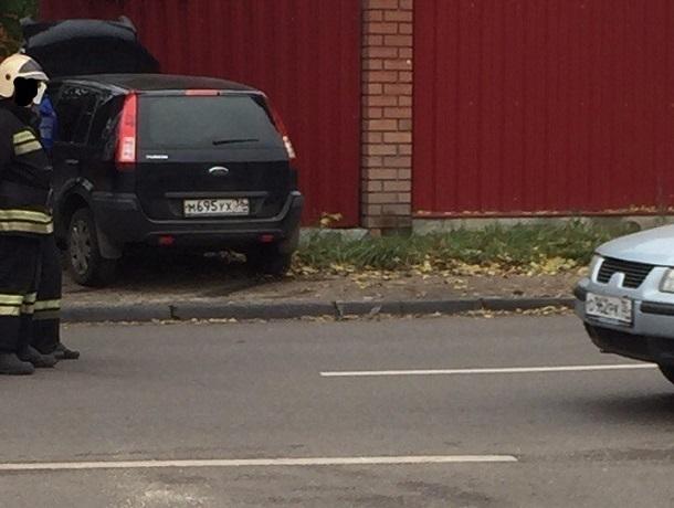 Ford Fusion с мертвым водителем протаранил забор дома в Воронеже