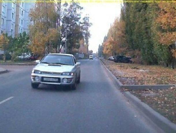 Дерзкая атака загадочной иномаркой встречного автомобиля в Воронеже попала на видео