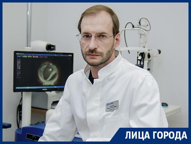 Главный врач Университетской офтальмологической клиники «Мединвест» рассказал, почему офтальмологи тоже носят очки