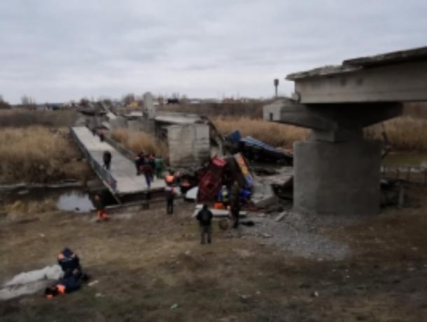 Автомобильный мост обрушился под машинами в Воронежской области