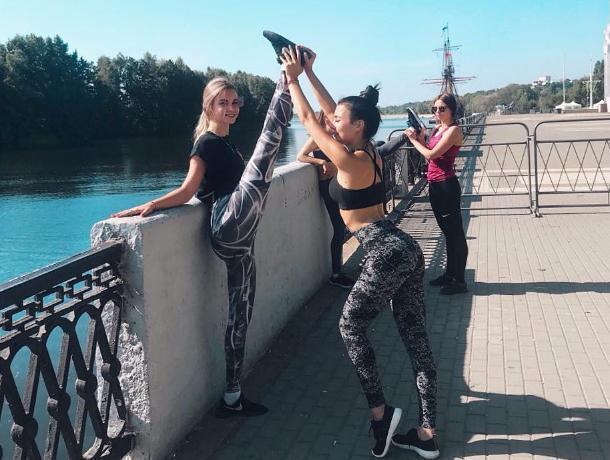 Четыре девушки растянулись на Адмиралтейской площади Воронежа