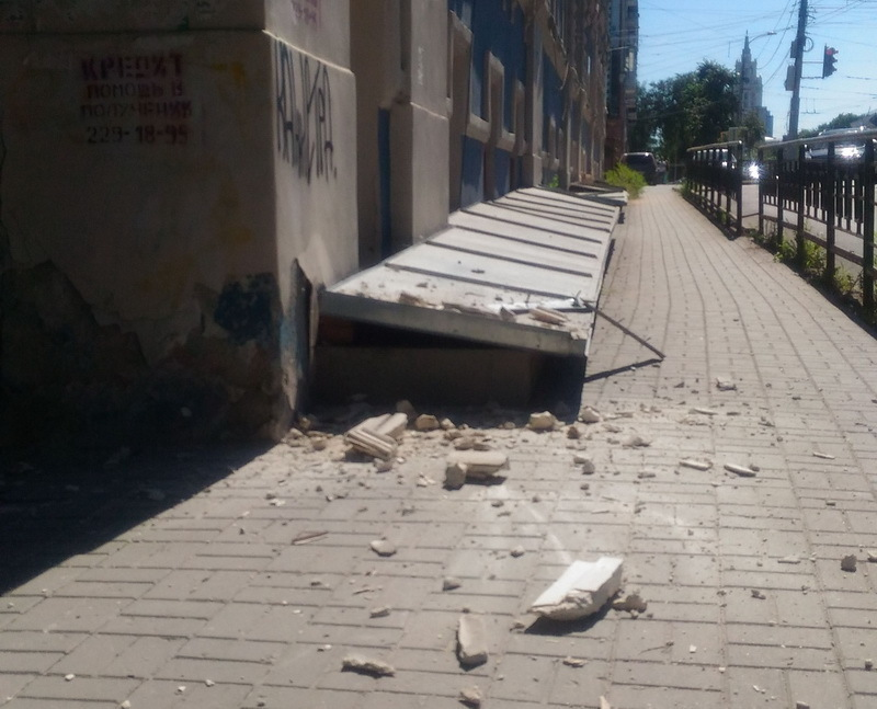 Воронежцы сообщили о доме-убийце, угрожающем прохожим зимой и летом