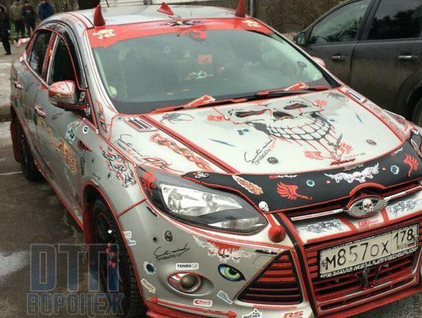 Воронежцы усомнились в адекватности хозяина облепленной стикерами иномарки