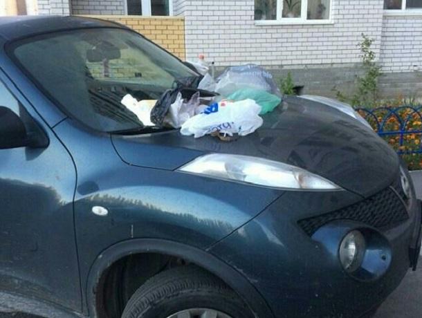 В Воронеже на неправильно припаркованный автомобиль справили нужду