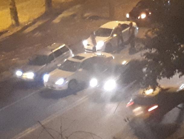 Разборка водителей на дороге создала автомобильный затор в Воронеже
