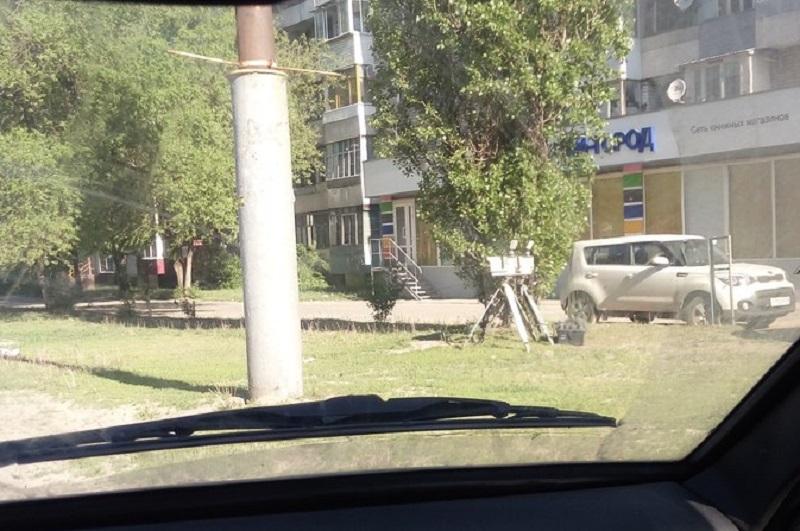 Воронежских автомобилистов предупредили о спрятанных в кустах треногах