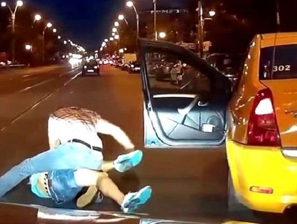В Воронеже таксист жестоко избил клиента после поездки