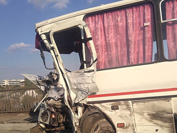 Последствия столкновения двух автобусов с шестью пострадавшими сняли в Воронежской области