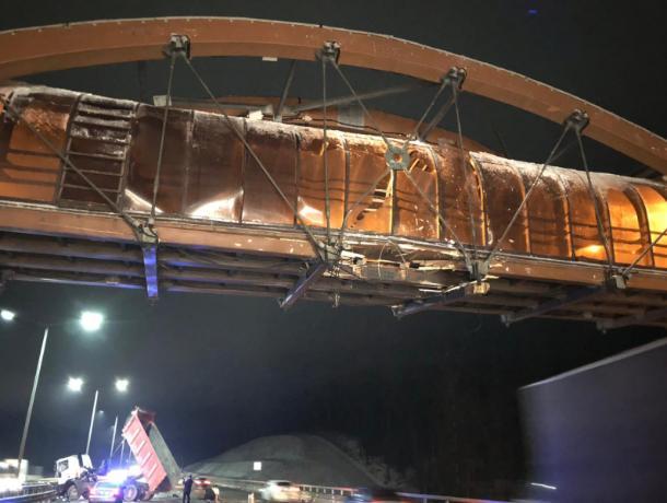 Поврежденный грузовиком пешеходный мост разберут под Воронежем