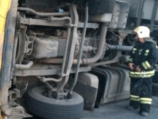Дальнобойщик опрокинул фуру Scania на воронежской дороге