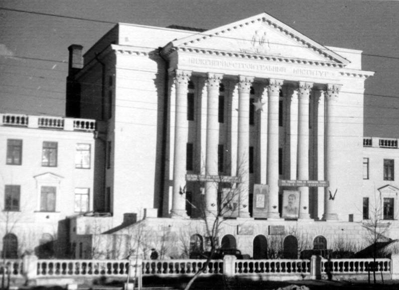 Воронежский строительный институт с плакатами Сталина показали на снимке