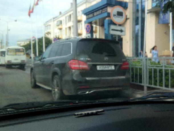 Мажор на Mercedes спрятал номера под культурной надписью в Воронеже