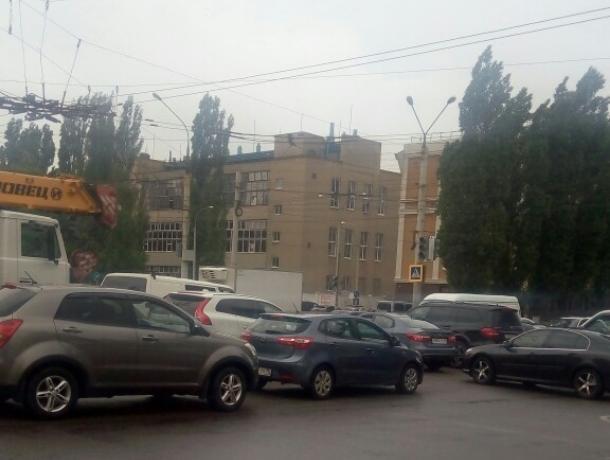Неработающий светофор вынудил воронежцев встать в пробку