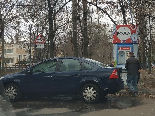Неоправданную мойку автомобиля в странном месте Воронежа показали на фото