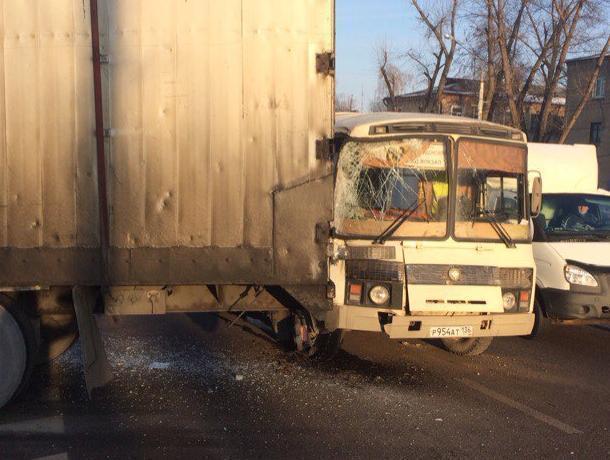 В Воронеже прицеп фуры разворотил маршрутный ПАЗик