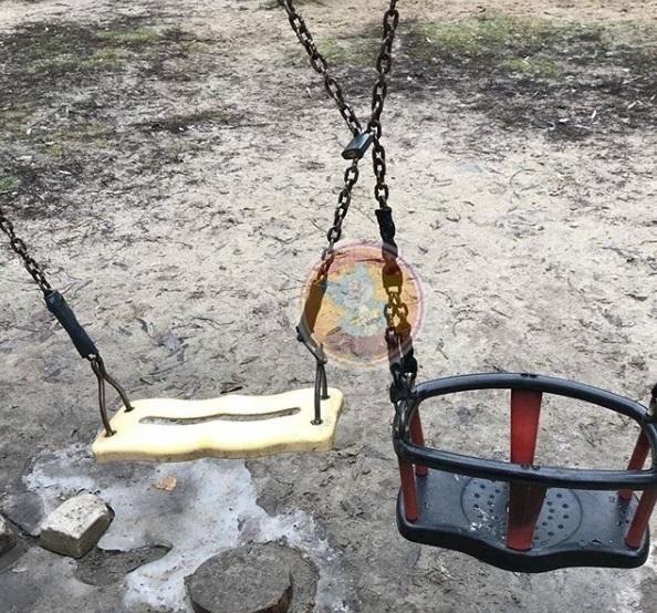 В Воронеже качели на детской площадке сковали замком