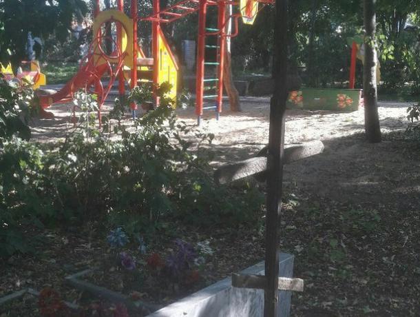 Детская площадка на кладбище стала причиной раздора среди воронежцев