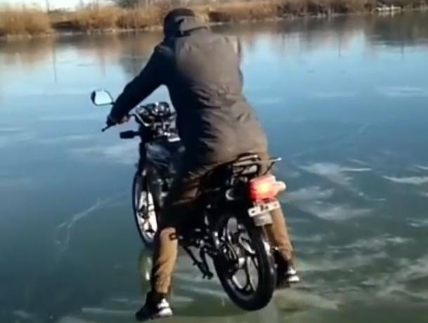 Опасную поездку по льду на мотоцикле показал на видео воронежец