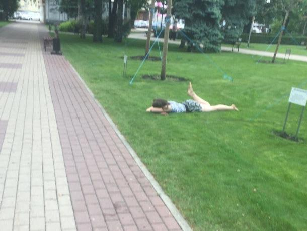 Девушку без комплексов обнаружили в траве после Последнего звонка в Воронеже