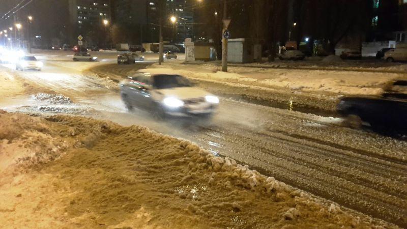 Канализационные стоки затопили улицу Хользунова вВоронеже