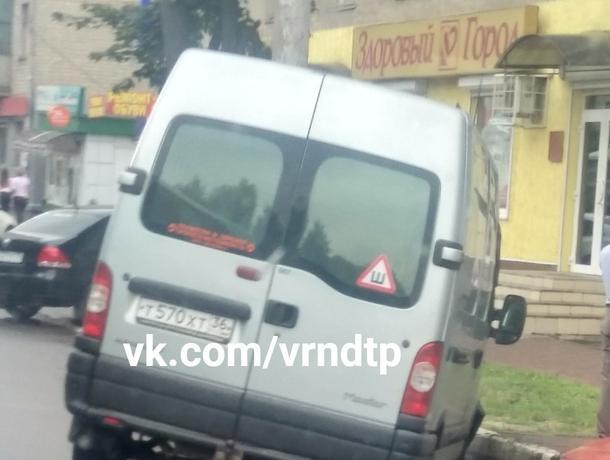 В Воронеже автобус провалился в яму и завис над землей