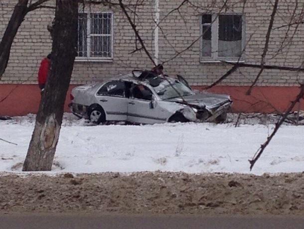В Воронеже автомобиль пролетел 30 метров и приземлился у дома