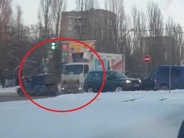 Жесткое ДТП с грузовиком на перекрестке в Воронеже попало на видео