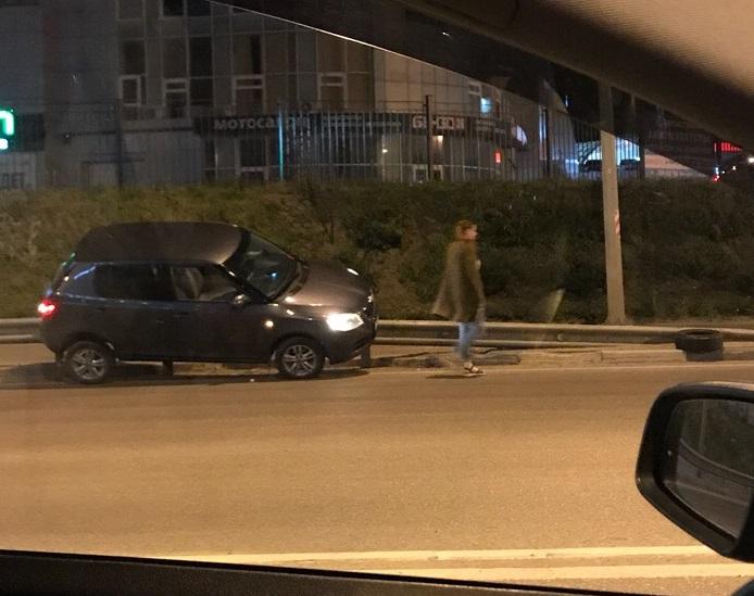 Оседлавшую отбойник иномарку после массового ДТП сняли в Воронеже