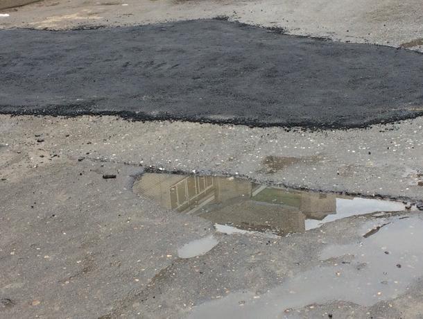 Над автомобилистами поиздевались ремонтом асфальта под Воронежем