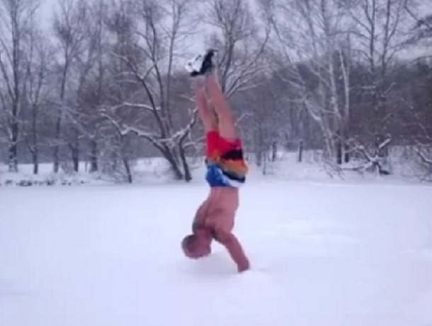 Брутальная тренировка раздетого воронежца в снегу попала на видео
