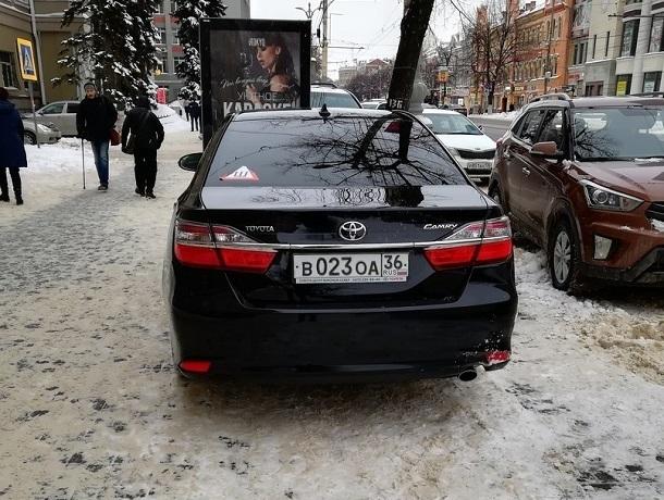 Воронежцы побоялись предъявлять водителям из администрации и прокуратуры за парковку