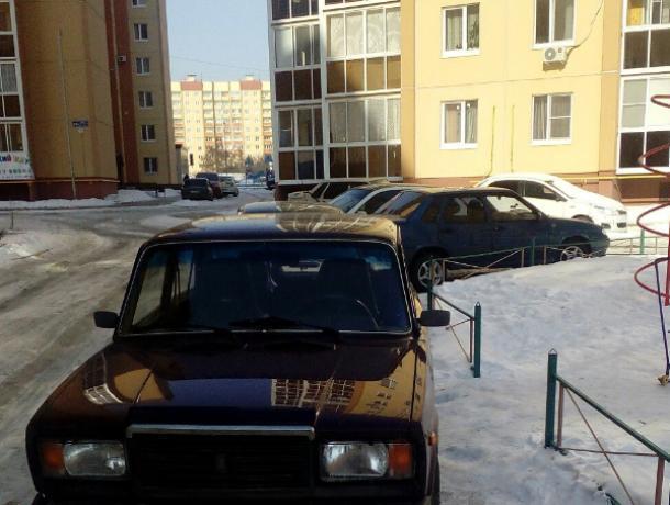 Воронежцев возмутила парковка «Жигулей» у детской площадки