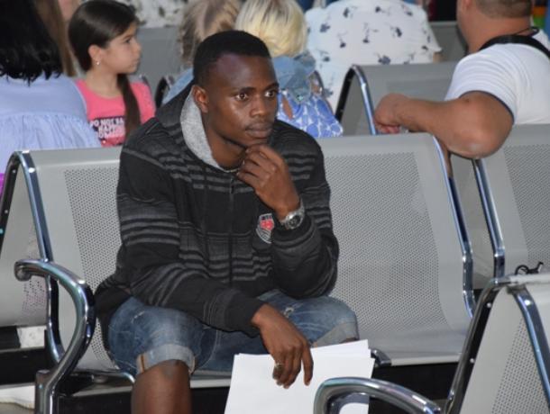 Плачущий болельщик из Нигерии застрял в Воронежском аэропорту