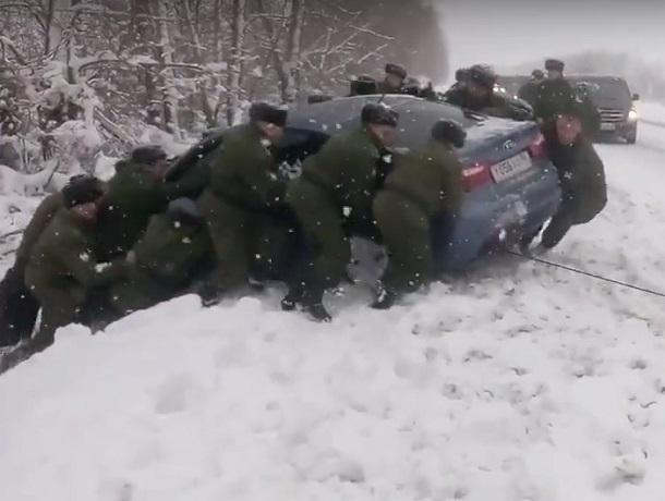 На видео сняли, как рота солдат спасает иномарку из снежного плена под Воронежем