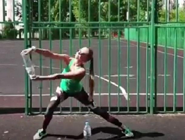 Тренировку с бутылками сняла на видео блондинка из Воронежа