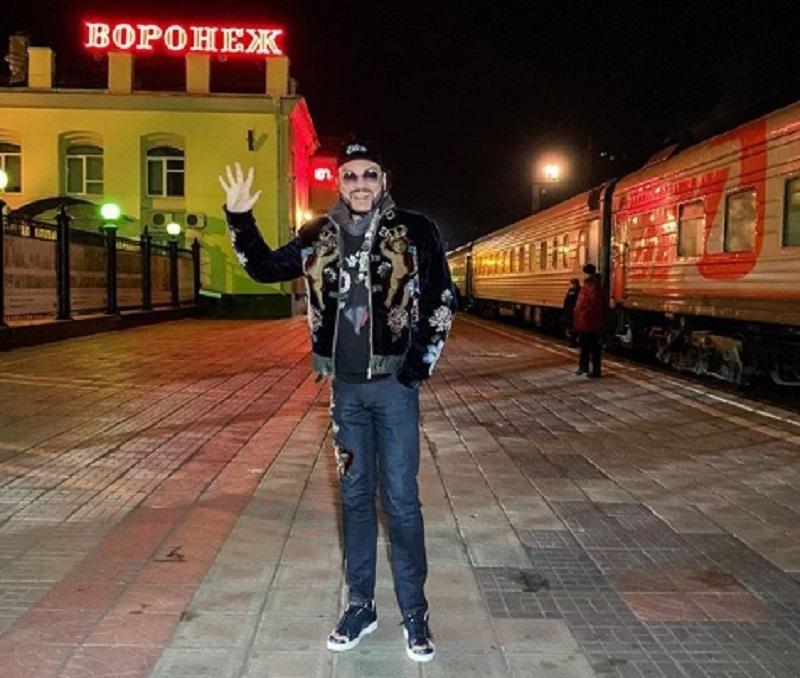 Филипп Киркоров в экстравагантном наряде прошелся по Воронежу