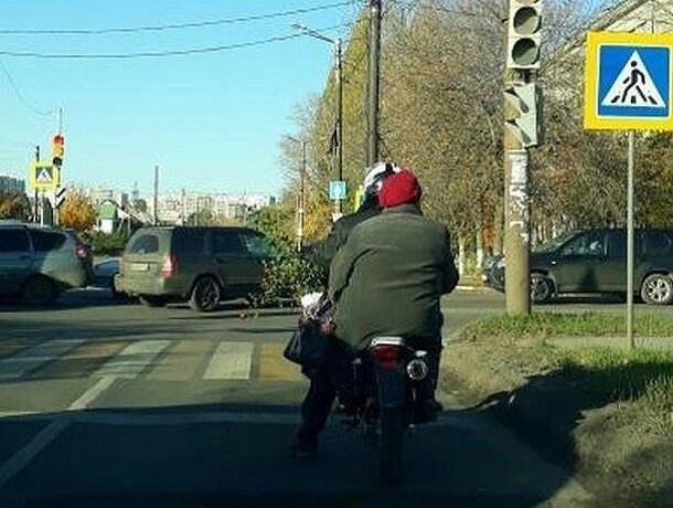 Воронежцев развеселила пожилая подружка байкера
