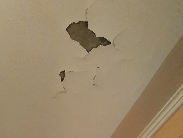 Месячные последствия ремонта от УК показали на фото в Воронеже