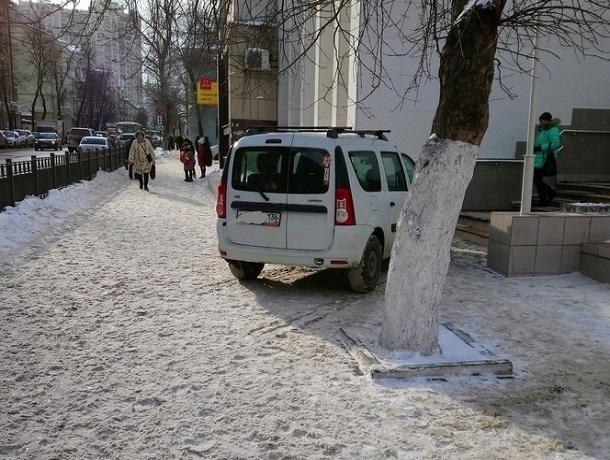 Автохам с Георгиевской лентой заблокировал вход в школу в Воронеже