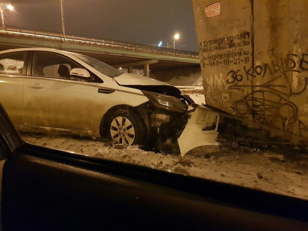 Последствия столкновения KIA с опорой Северного моста сняли в Воронеже