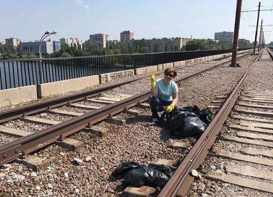 Жительница Воронежа одна убирает Северный мост, потому что «хочет там целоваться»