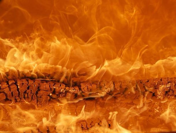 В Воронеже на складе загорелась пластиковая тара