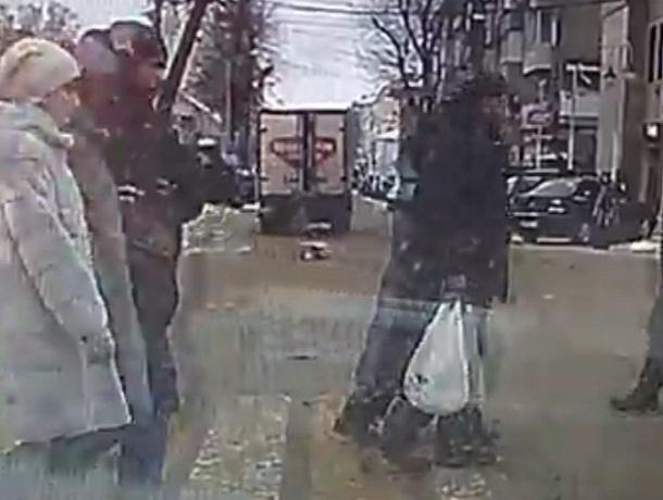 На видео попало, как коробка с колбасой вылетает из грузовика в Воронеже